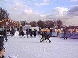 Les joies des sports d'hiver au pied de la Tour Eiffel