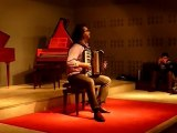 Un musicien explique l'accordéon à nos élèves.