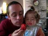 Léa & papa mangent une prune!