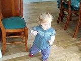 Louise commence à marcher (14 mois)