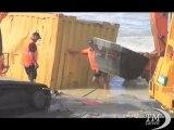 """Nuova Zelanda, rimossi i container della nave """"Rena"""". Il cargo si è spezzato in mare e ha disperso 400 container"""