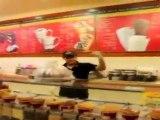 Un vendeur de glace chauffe l'ambiance