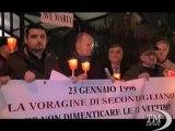 Napoli, fiaccolata per i morti nella voragine di Secondigliano. Familiari delle 11 vittime in corteo per non dimenticare