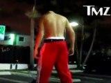 Justin Bieber torse nu pendant une pause, manque juste les muscles