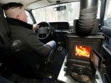 Il a installé une cheminée à bois dans sa voiture