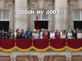 Il montre ses fesses à sa majesté !!
