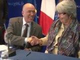 Signature des premiers contrats de travail de 7 heures pour les bénéficiaires du Revenu de Solidarité Active.