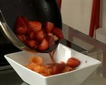 Recette de fraises au jus de porto et billes de melon