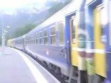 train paris briançon au depard de la gare de l'argentiere les ecrins avec en tete  une BB67000 jaune infra sncf