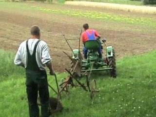Deutz Traktor pflügt im Freilichtmuseum Lindlar