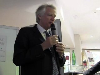 Dominique de VILLEPIN au Drugstore Publicis à PARIS pour une séance de dédicaces de son livre « Seul le devoir nous rendra libres ».