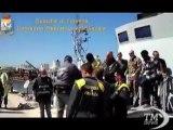 Lampedusa, l'arrivo dei migranti salvati da barcone della morte. Recuperati su una carretta del mare, a bordo 5 cadaveri
