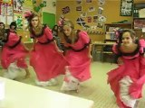 """La France danse le """"French Cancan"""" (en costume)"""