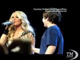 Il primo bacio a 12 anni diventa uno show durante un concerto. Il giovane Chase chiede e ottiene il bacio da Carrie Underwood