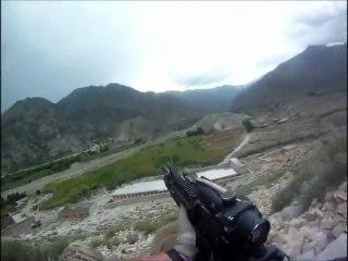 DES TALIBANS TIRENT ET TOUCHENT UN SOLDAT US