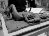 Esquisses sculpture nue femme couchée modelage terre argile au couteau