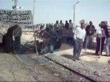 العاملين بشركة النيل لحليج الاقطان يقطعون السكة الحديد بالمنيا