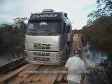Un camion trop lourd bascule sur un pont en bois