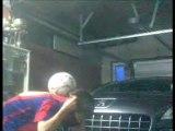Tom Cornet , 14 ans , Enleve et remet son t-shirt en gardant son ballon de foot sur la nuque