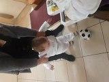 premier pas de bebe avec un ballon de foot