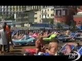 Un tuffo in mare  anticipo destate sulle spiagge di Napoli  Tutto esaurito nei lidi dove è scattata la corsa alla tintarella