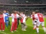 Les joueurs de l'Ajax se battent avec le champagne