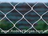 Instalación de cerramiento de red el perímetro de cancha de fútbol