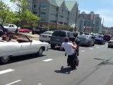 Régis en californie fait une roue arrière avec son scooter