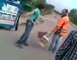 Un enfant veut frapper un balayeur avec sa ceinture