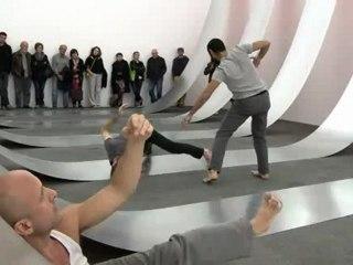 "Performance de Christina TOWLE dans l'oeuvre ""Swing"", de Morgane Tschiember"
