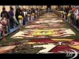 Un tappeto di fiori tra le vie barocche di Noto per l'Infiorata. La città si colora di petali grazie ai maestri infioratori