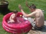 rapha dans la piscine 27/05/12 (23 mois)
