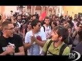 Dl lavoro, pallonate contro il governo: protesta degli studenti. Manifestanti tirano calci di rigore contro politica del governo
