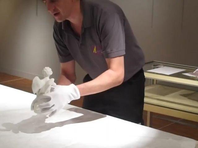 Exposition Marigny à Blois - mise en place d'une oeuvre, un biscuit de Sèvres