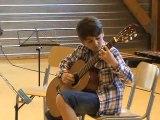 M2U01057 . Tango en herbe de Tisserand. Un élève guitariste. Audition des élèves des Ateliers Musicaux de Scy Chazelles en mai 2012
