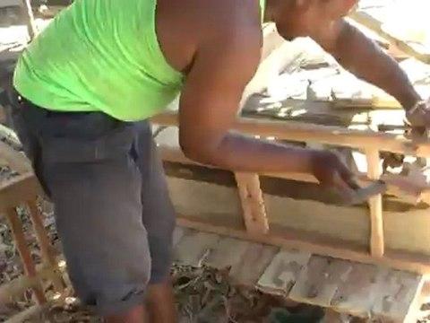 Ecotourisme à Toliara : fabrication de charrette à roue en bois en avril 2012