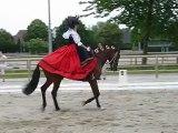 Equitation reprise de dressage d'une alsacienne en costume de tradition