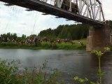 135 personnes sautent d'un pont