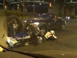 Un motard pile et se prend la moto sur le dos