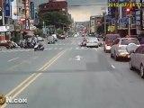Taïwan : une voiture percute 4 scooters et prend la fuite