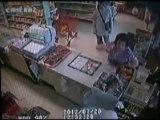 Portuguesa de 80 anos afugenta ladrões com mangas e maças em loja nos EUA