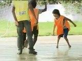 Né sans pieds, ce garçon de 11 ans joue au football