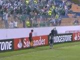 Tifoso colpisce guardalinee con pallone e tutti esultano