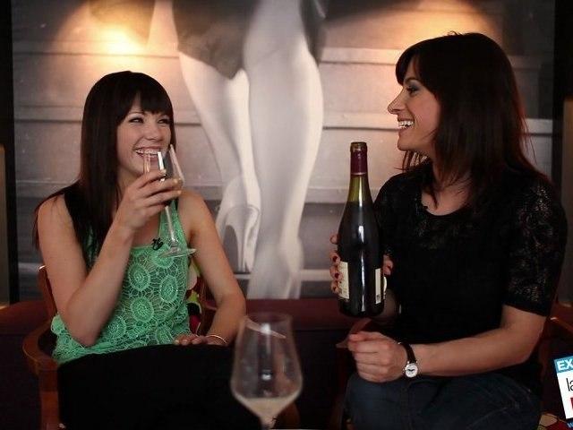 EXCLU : Carly Rae Jepsen goûte du vin Français pour la première fois