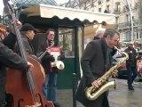 Cédric Davrichachvili jouant du banjo sur le boulevard Saint Germain