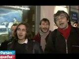 Les anti-sarko fêtent l'anniversaire du Président devant l'Elysée