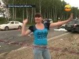 Russe danse devant un mort après un accident de la route