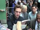 Celebrity Bytes: Kristen Stewart Braves the Red Carpet Without R-Patz