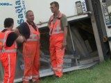 Vrachtwagen met vis gekanteld op Ringweg Oost in Stad - RTV Noord