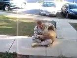 Un chien revoit son maître après de longs mois d'absence